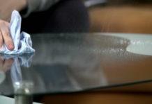 nettoyer une table en verre