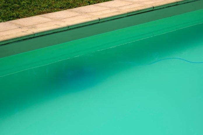Eau de piscine laiteuse et trouble