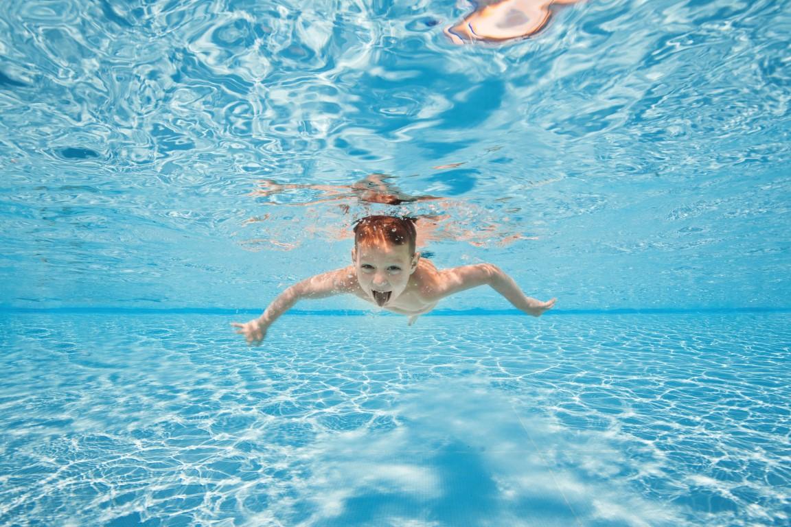 nettoyer l'eau d'une piscine laiteuse et trouble